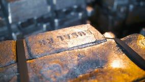Bunt av rå Aluminum tackor på fabriken lager videofilmer