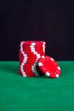 Bunt av röda chiper på en grön spela tabell Arkivfoto