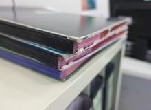 Bunt av rapportskrivbordsarbetedokument för affärsskrivbordmappar royaltyfria foton