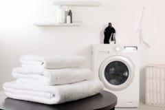 Bunt av rena mjuka handdukar på tabellen arkivfoto