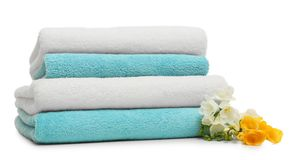 Bunt av rena vikta handdukar med blommor arkivfoton