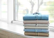 Bunt av rengöringkläder på fönsterbräda arkivbilder