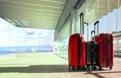 Bunt av resande bagage i plommoner för flygplatsterminal och passagerare Royaltyfri Bild