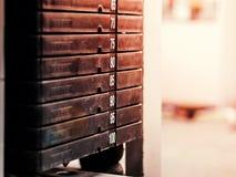 Bunt av rostiga metallvikter i idrottshallbodybuildingutrustning Fotografering för Bildbyråer