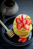 Bunt av söta pannkakor med jordgubben och honung Fotografering för Bildbyråer