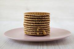 Bunt av s?ta holl?ndska stroopwafels med honung-karamell fyllning p? den rosa plattan, sidosikt close upp fotografering för bildbyråer