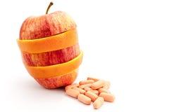 Bunt av skivafrukt- och vitaminminnestavlor Arkivfoto