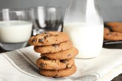 Bunt av smakliga choklade kakor och att mjölka royaltyfri foto
