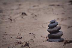 Bunt av stenar på stranden Arkivbild