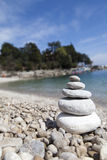 Bunt av stenar, Zenbegrepp, på den sandiga stranden Royaltyfria Bilder