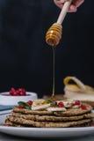 Bunt av sund låg rörelse för honung för carbshavrepannkakor Arkivfoto