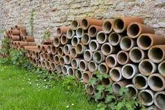 Bunt av terrakottarörplanters för att arbeta i trädgården Royaltyfria Foton
