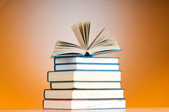 Bunt av textböcker mot lutning Royaltyfri Fotografi
