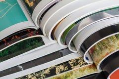Bunt av tidskrifter arkivbilder