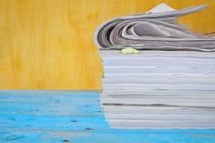 Bunt av tidskrifter och tidningar Arkivbild