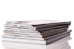 Bunt av tidskrifter på vit bakgrund Arkivfoto