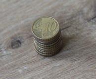 Bunt av tio mynt för eurocent på träbakgrund Royaltyfri Foto