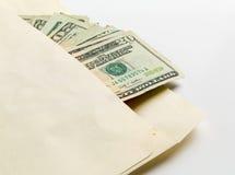 Bunt av tjugo dollarräkningar i kuvert Arkivbild