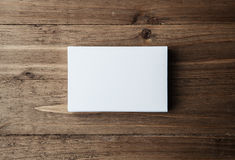 Bunt av tomma vita affärskort på horisontalträbakgrund fotografering för bildbyråer