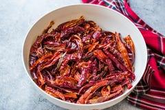 Bunt av torkad röd chili- eller chilikajennpeppar i bunke arkivfoto