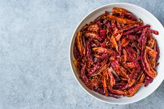 Bunt av torkad r?d chili- eller chilikajennpeppar i bunke royaltyfri fotografi