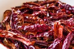Bunt av torkad r?d chili- eller chilikajennpeppar i bunke arkivfoton