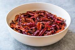 Bunt av torkad r?d chili- eller chilikajennpeppar i bunke royaltyfri foto