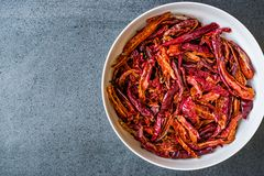 Bunt av torkad r?d chili- eller chilikajennpeppar i bunke fotografering för bildbyråer