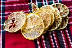 Bunt av torkade citronskivor på röd bordduk/torrt och skivat arkivfoto