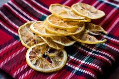 Bunt av torkade citronskivor på röd bordduk/torrt och skivat fotografering för bildbyråer