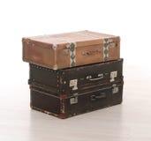 bunt av tre retro resväskor Arkivbild