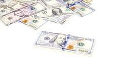 Bunt av US dollarräkningar med 100 dollar överst 2 Arkivfoto