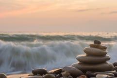 Bunt av zenstenar på stranden Royaltyfria Foton