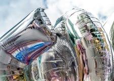 Bunt in den silbernen Ballonen mit glücklichem Feierparteihintergrund Stockfoto