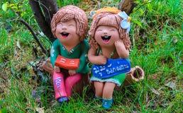 Bunt entspannen Sie sich Minijungen und Mädchen Lizenzfreie Stockfotos