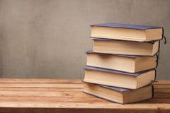 Bunt för gamla böcker på trätabellen över lantlig bakgrund arkivbild