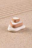 Bunt för tre sten på den krattade sanden. Royaltyfri Fotografi