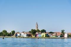 Bunt gemalte Häuser auf Burano-Insel, Italien und dem Turm der Kirche von San Martino Stockfotos