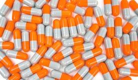 Bunt vom Antibiotikum kapselt die Pillen ein, die auf weißem Hintergrund lokalisiert werden Lizenzfreie Stockbilder