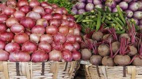 Bunt vom Frischgemüse auf lokalem Markt stockbild
