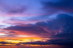 Bunt vom Himmel und von den Wolken im Sonnenuntergang stockbilder