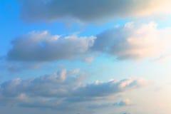 Bunt vom Himmel und von den Wolken morgens Stockbild
