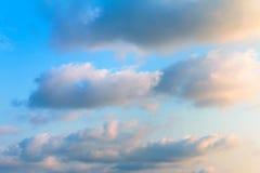 Bunt vom Himmel und von den Wolken morgens Stockbilder