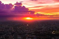 Bunt vom Himmel und von der Wolke im Sonnenuntergang lizenzfreies stockbild