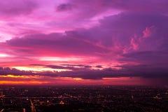 Bunt vom Himmel und von der Wolke im Sonnenuntergang und in der Dämmerung Lizenzfreie Stockfotos