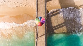 Bunt vom Regenschirm auf dem Strand stockbild
