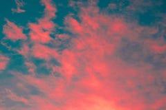 Bunt vom skyscape mit den rosaroten gelb-orangeen und blauen Schatten exotisch stockfotos