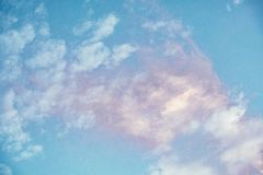 Bunt vom skyscape mit den rosaroten gelb-orangeen und blauen Schatten exotisch lizenzfreie stockfotografie
