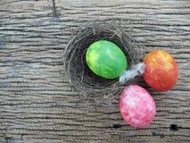 Bunt von den Eiern auf hölzernem Hintergrund, Ostern, ärgert Malerei durch m Lizenzfreie Stockfotos