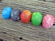 Bunt von den Eiern auf hölzernem Hintergrund, Ostern, ärgert Malerei durch m Lizenzfreies Stockbild